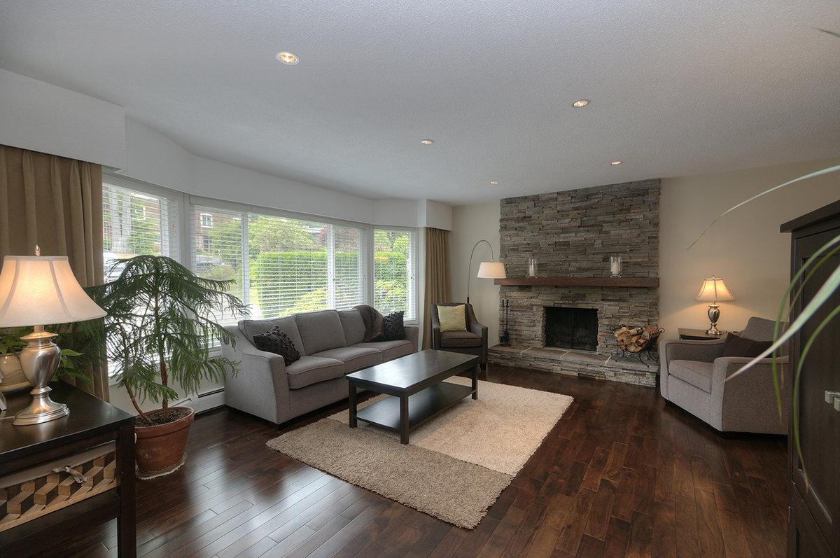 4636 Hoskins Road Living Room