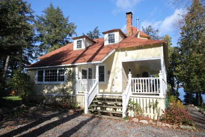 Exceptional classic Muskoka cottage near Burk's Falls - 1290' frontage cottage